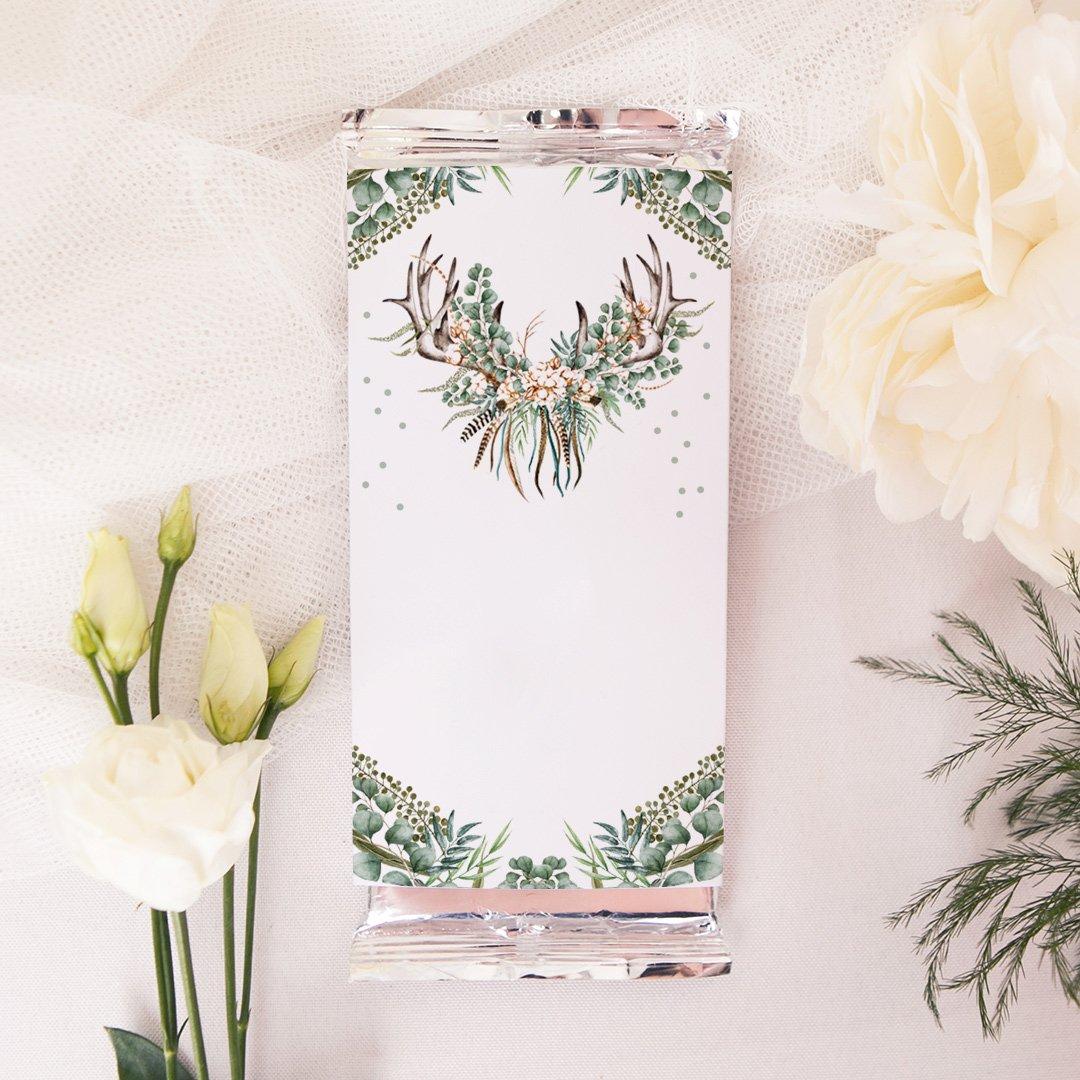 Czekolada w papierku z zielonymi liśćmi i kwiatami na rogach opakowania