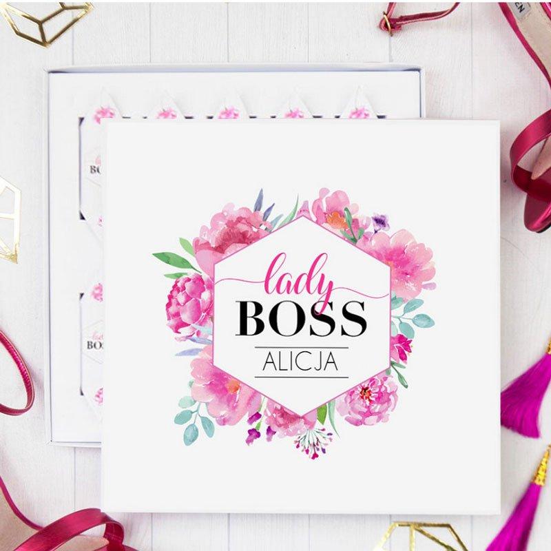Bombonierka z krówkami prezent dla kobiety, z dekoracyjnym wieczkiem, z różami i napisem Lady boss oraz imieniem.