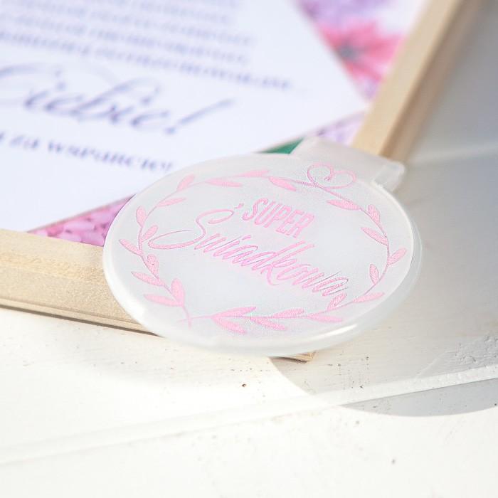 okrągłe lusterko z różowym napisem Super świadkowa