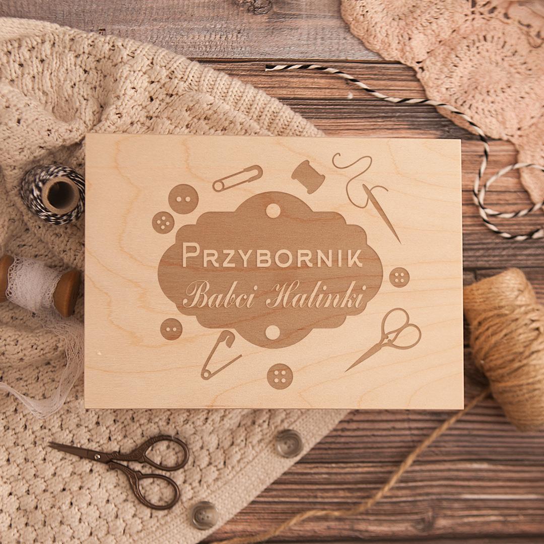 Zdjęcie w galerii - SKRZYNKA Przybornik na Nici z Grawerem Prezent dla Babci