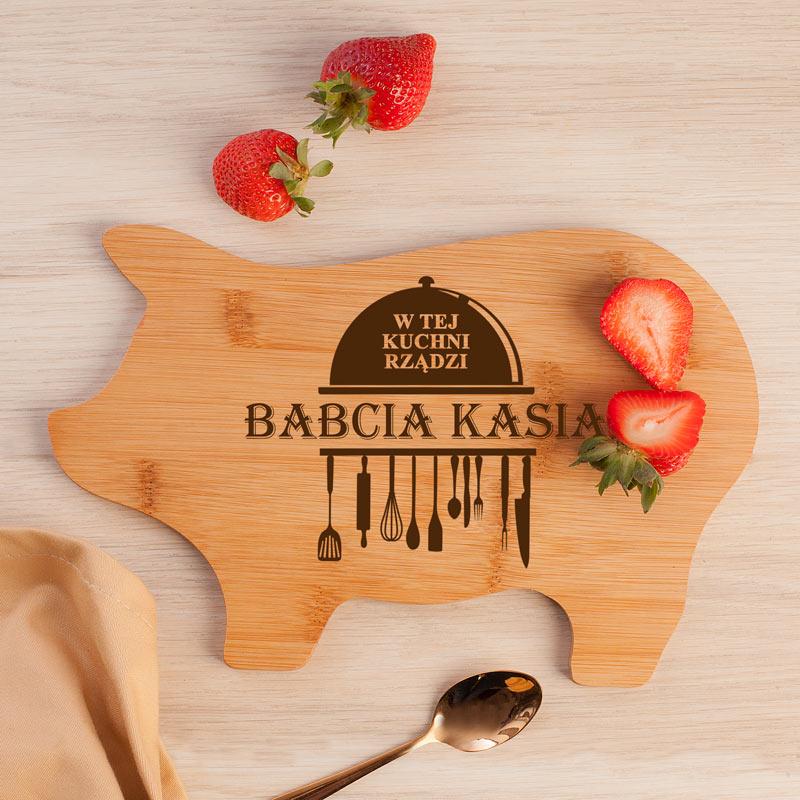 Deska do krojenia bambusowa w kształcie świnki z grawerowanym napisem W tej kuchni rządzi babcia + imię.