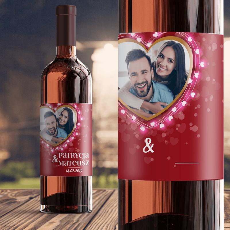 Samoprzylepna etykieta na wino ze zdjeciem w kształcie serca i imionami pary oraz datą.