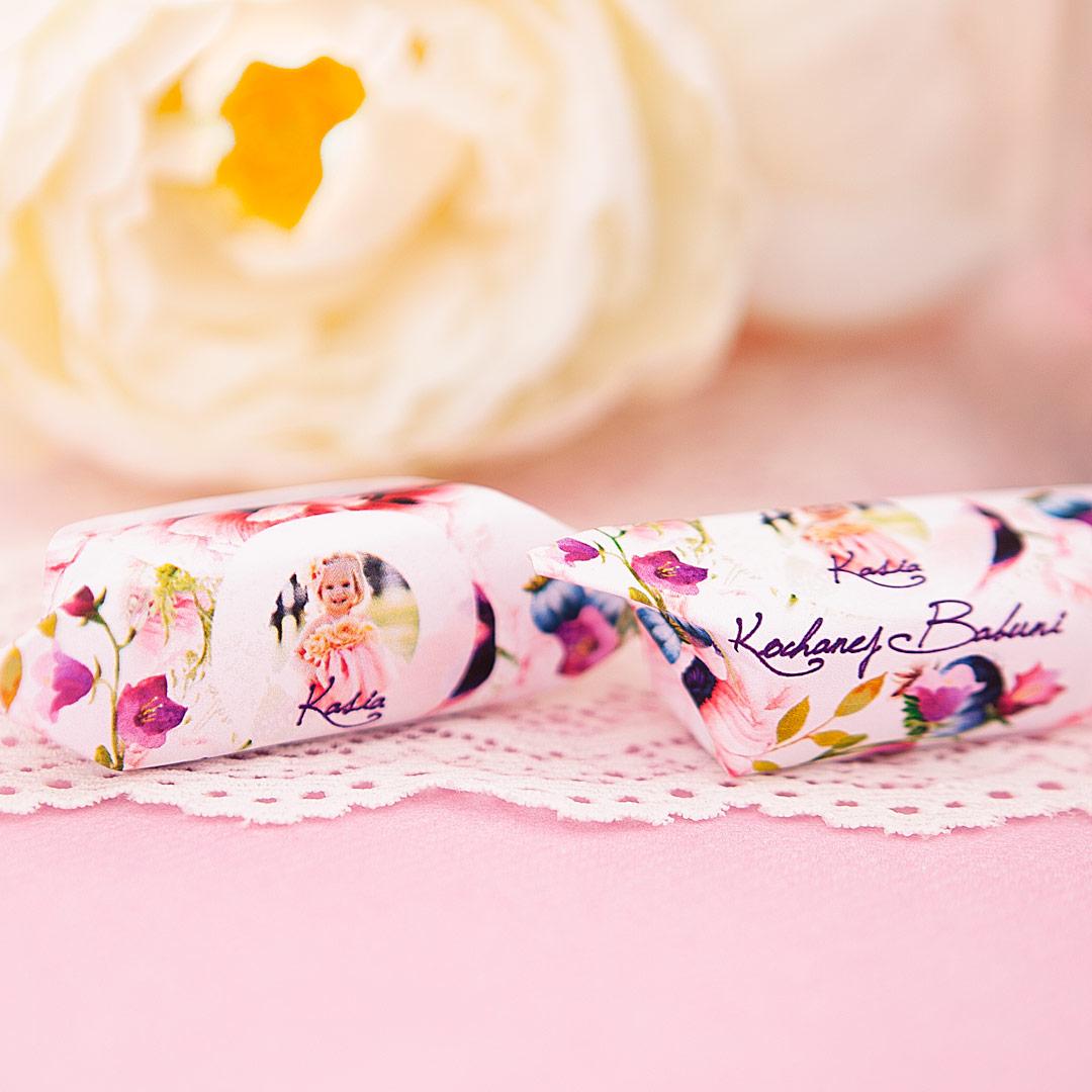 Zdjęcie w galerii - SŁÓJ pełen słodkich krówek dla Babci Kwiecisty Dar personalizacja ze zdjęciem