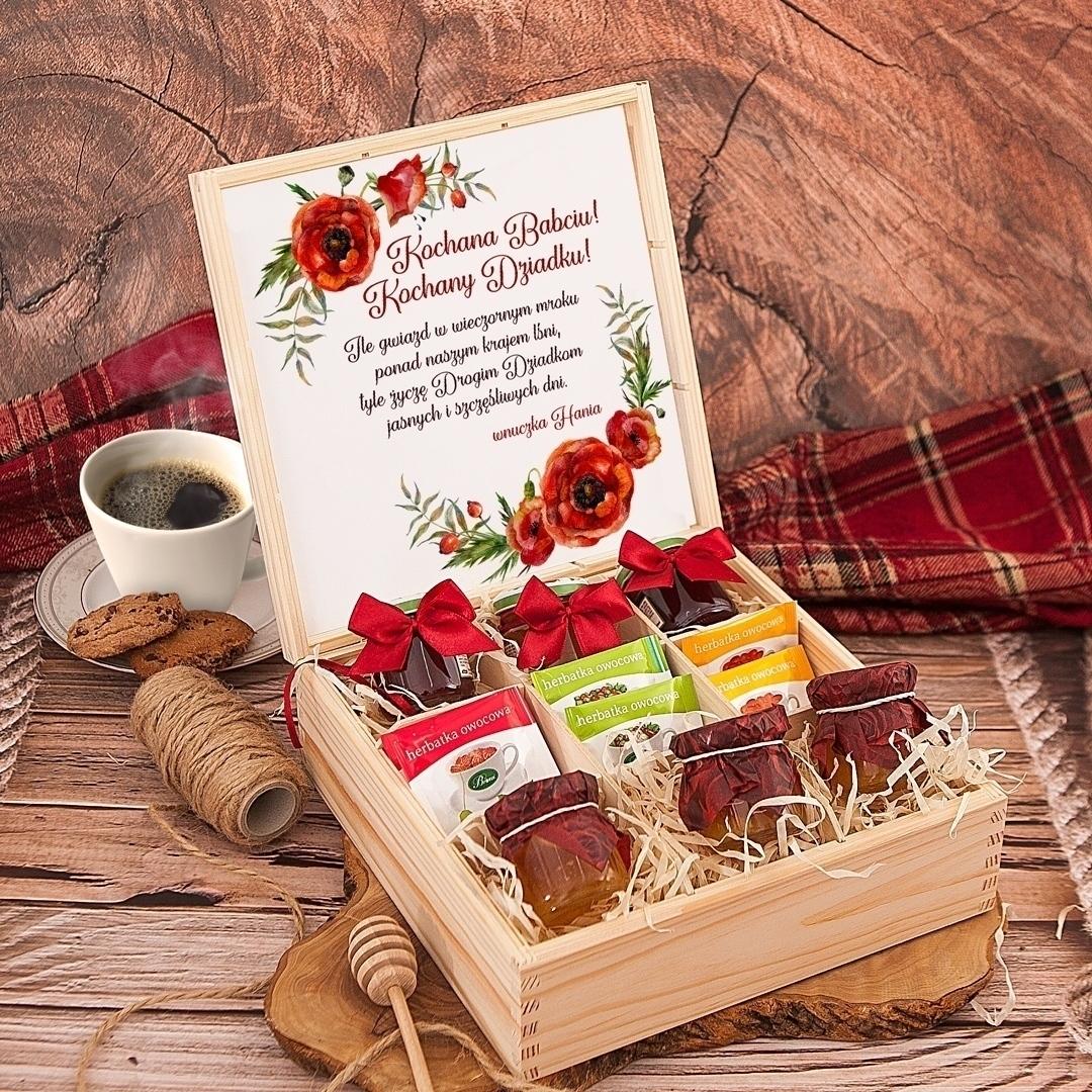 Zdjęcie w galerii - SKRZYNKA z prezentami Dla Babci i Dziadka Różana Spiżarka