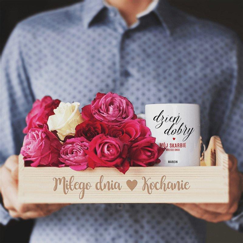 Drewniana taca i kubek z napisem Dzień dobry, miłego dnia kochanie!