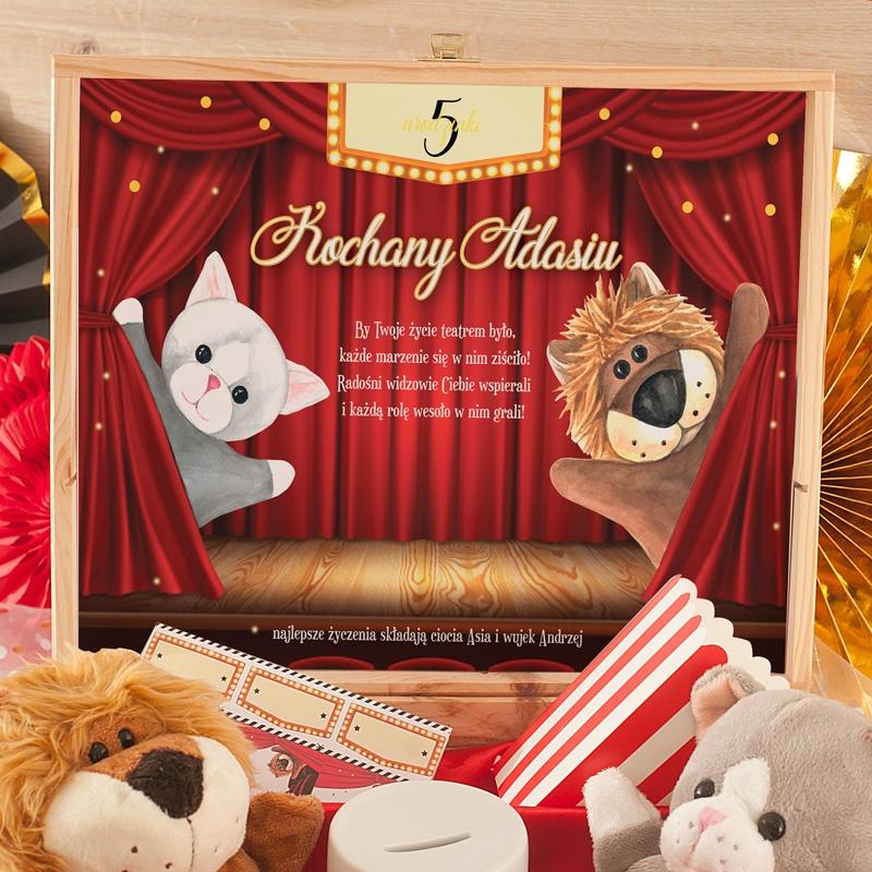 Zdjęcie w galerii - SKRZYNKA Prezent Na Urodzinki Teatrzyk Z Kukiełkami Z Imieniem Dziecka