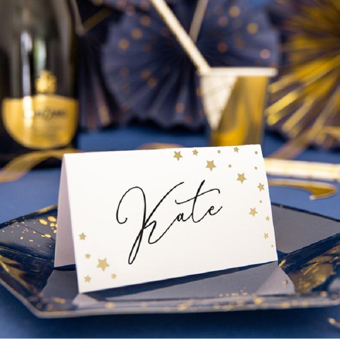 wizytówki Let's Celebrate ozdobione pięknym, złotym wzorem w kształcie gwiazdek