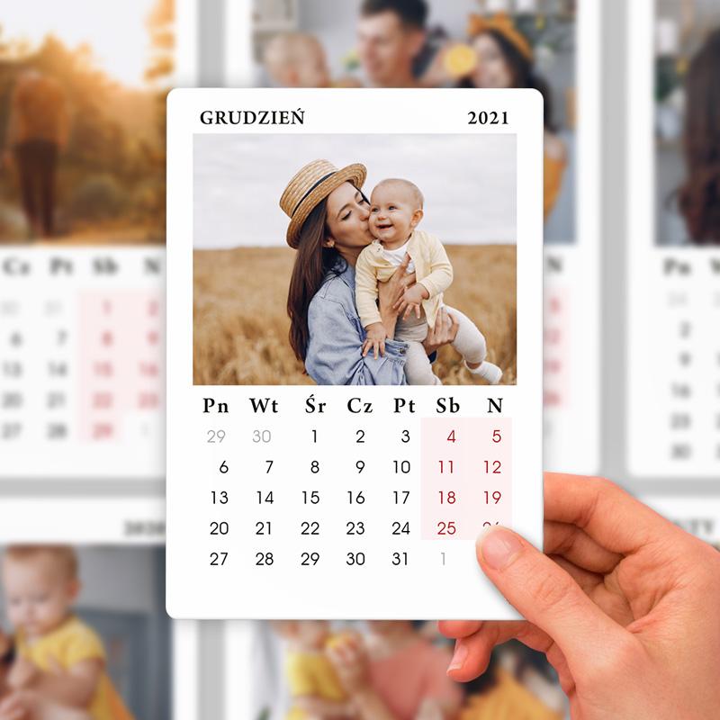 Kalendarz na 2021 z miejscem na zdjęcie. Wyjątkowa dekoracja na lodówkę.