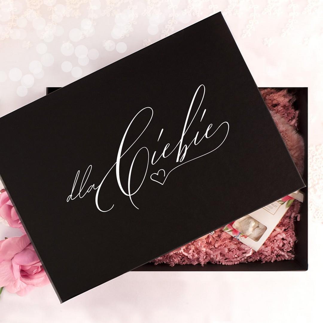 Eleganckie czarne pudełko z dekorowanym wieczkiem - finezyjny napis Dla Ciebie. Wewnątrz są prześliczne drobiazgi dla kobiety, dno pudła wyłozone jest ozdobnym różowym konfetti