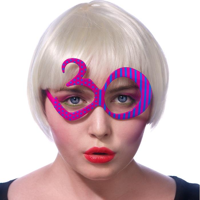 świetny i zabawny wygląd na 30 urodziny dzięki kolorowym okularom w formie cyfry 30
