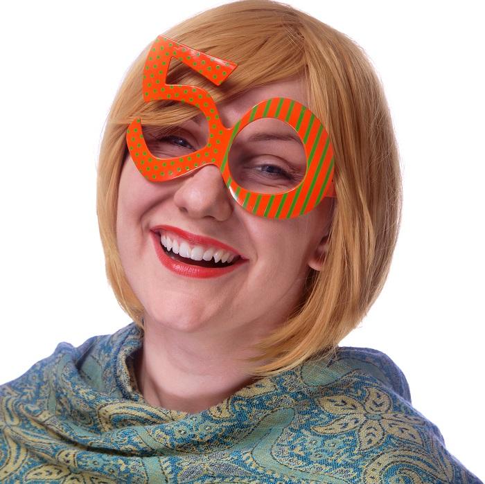 zabawne,kolorowe okulary z grubymi oprawkami, wycięte w kształt liczb pięć i zero tworząc wesołe okulary, idealna ozdoba na 50 urodziny