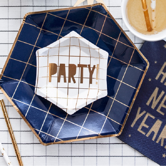 Jednorazowe talerzyki papierowe Let's Celebrate w kolorze granatowym, ozdobione złotym wzorem w kształcie kratki,