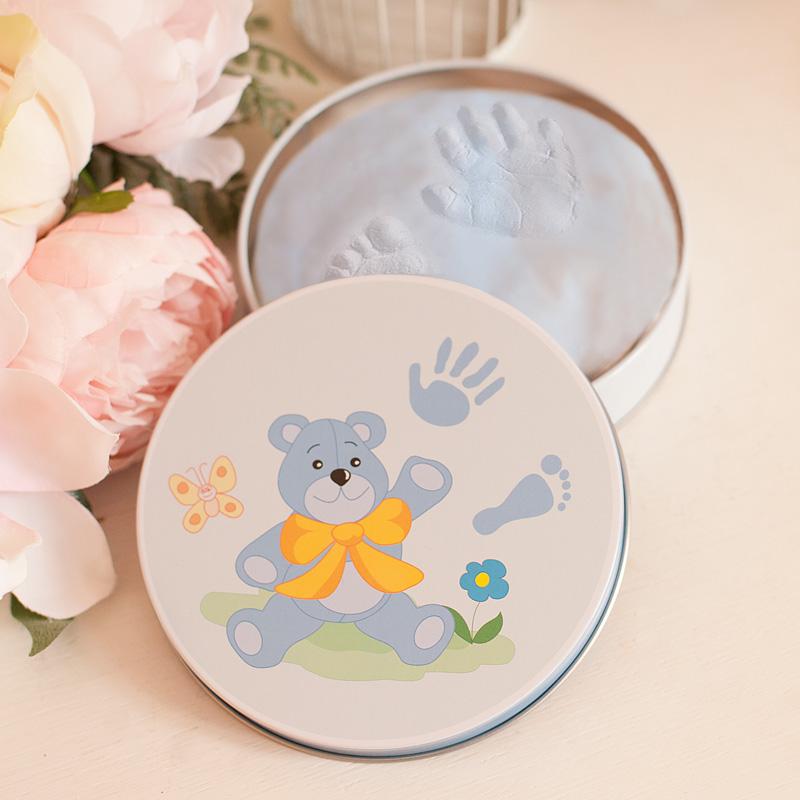 Masa gipsowa w błękitnym kolorze. Idealne miejsce na odcisk stópki i rączki chłopca. Sprawdzi się jako pamiątka z dzieciństwa na wiele lat.