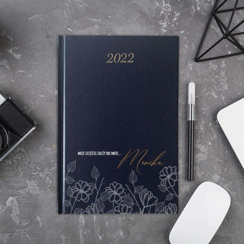 Damski kalendarz na rok 2022. Posiada personalizowaną okładkę.