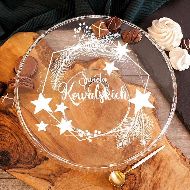 Szklana patera na domowe wypieki ze świąteczną dekoracją oraz personalizowanym napisem