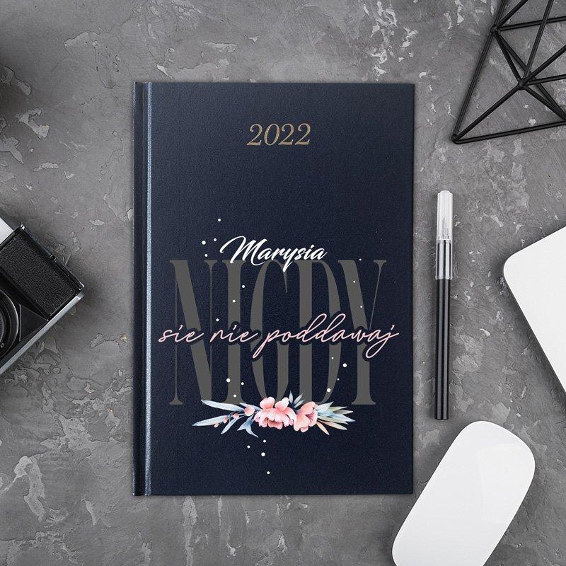 Kalendarz kobiecy dla kobiety. Posiada rozplanowany terminarz na rok 2022.