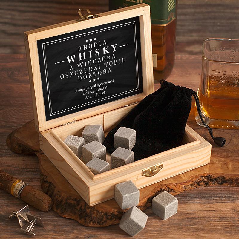 Skrzynka z czarnym eleganckim nadrukiem i dedykacją dla konesera whisky. Wewnątrz skrzynki jest woreczek z kompletem kamieni do schładzania drinków