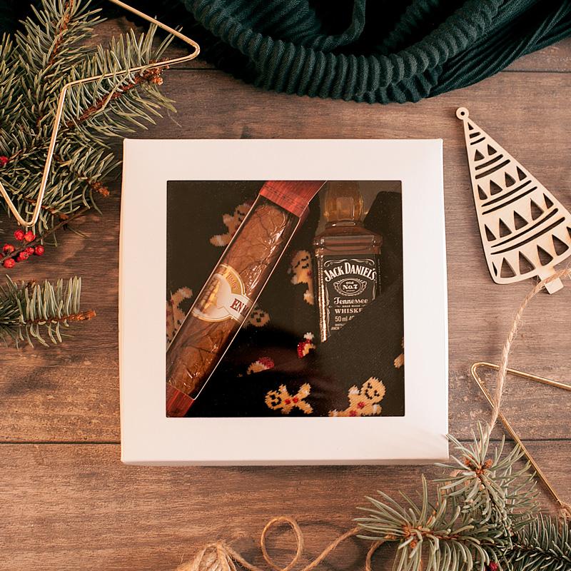 Pudełko z okienkiem z prezentami dla mężczyzny pod choinkę