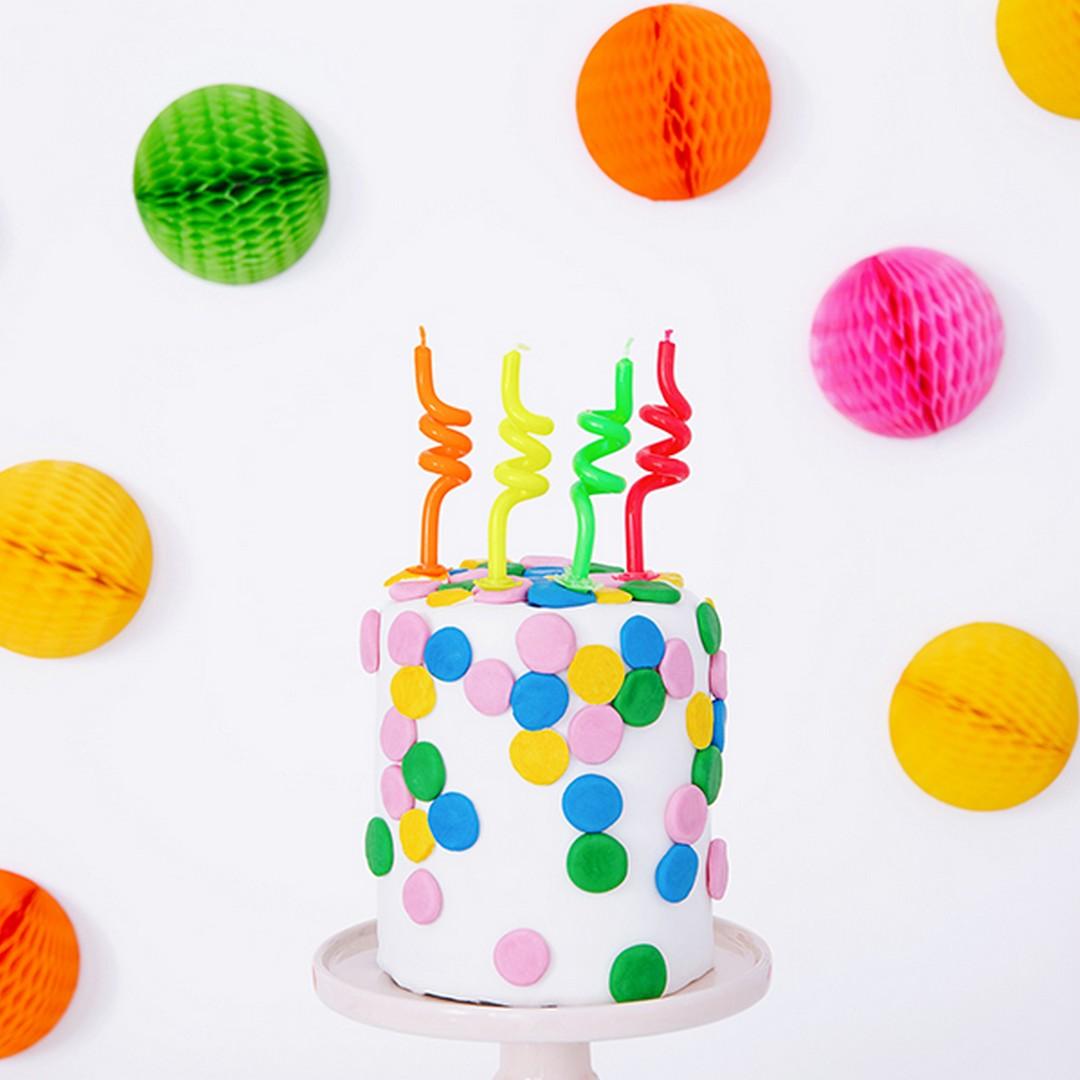 Kolorowe świeczki na urodzinki, mają ciekawy kształt i są różnokolorowe
