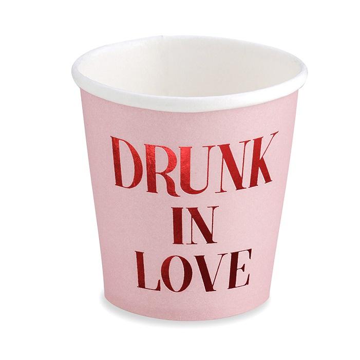 """kubeczki papierowe na Walentynki , zestaw 6 kubeczków w różowym kolorze z białym wnętrzem, piękny napis """"Drunk in Love"""", wykonany metaliczną, czerwoną czcionką"""