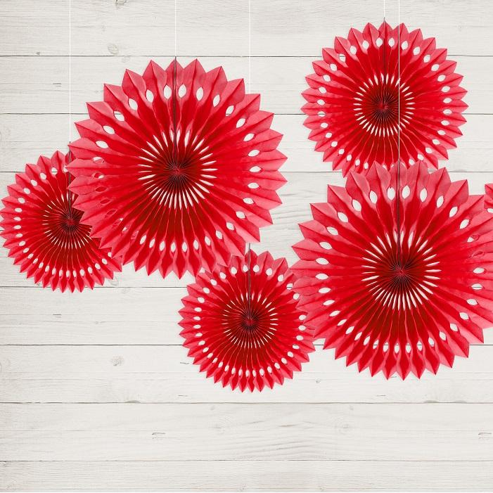 rozety dekoracyjne, ażurowe, wykonane z bibuły w pięknym, czerwonym kolorze