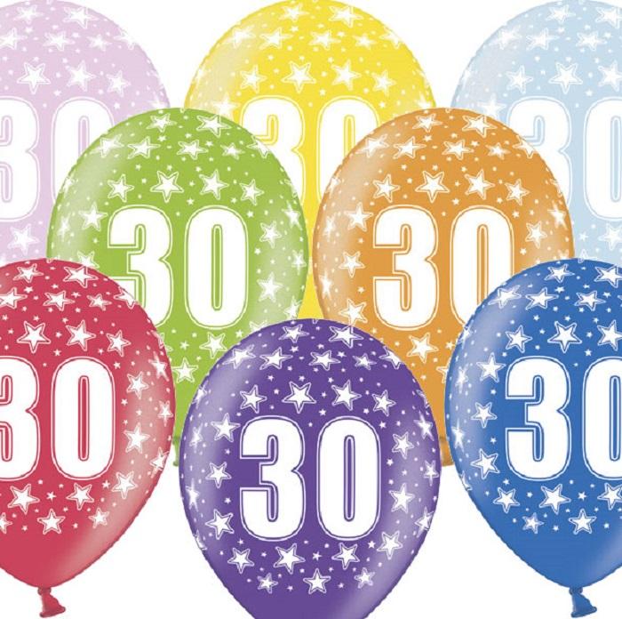 Kolorowe, lateksowe balony urodzinowe około 30 cm, z nadrukiem metalizowanym cyfrą 30 i srebrnymi gwiazdkami. Idealne na dekoracje urodzinowe
