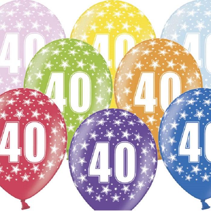 Kolorowe, lateksowe balony urodzinowe około 30 cm, z nadrukiem metalizowanym cyfrą 40 i srebrnymi gwiazdkami. Idealne na dekoracje urodzinowe