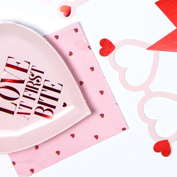 serwetki papierowe na Walentynki z grafiką w postaci czerwonych, drobnych serduszek na jasnoróżowym tle