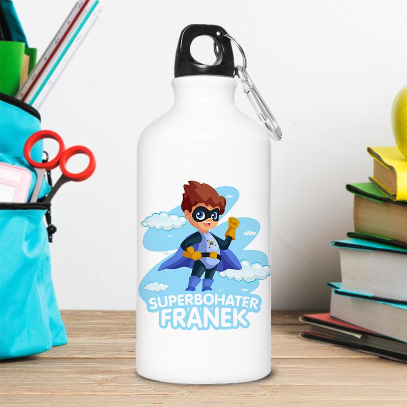 Bidon dla małego superbohatera z imieniem dziecka i rysunkiem małego chłopca w pelerynie