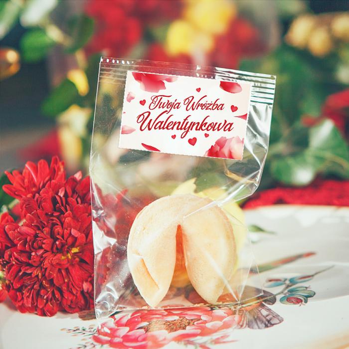 Ciasteczko z wróżbą w opakowaniu z etykietą z napisem Twoja Wróżba Walentynkowa