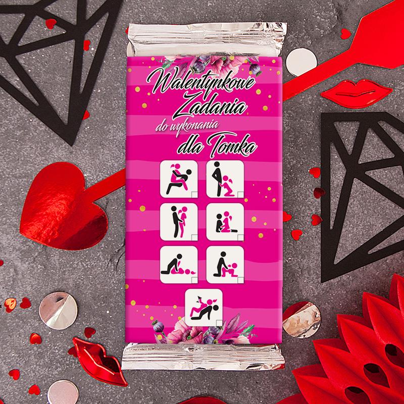 Czekolada na Walentynki z etykietą na której jest napis z imieniem oraz pozycje kobiety i mężczyzny