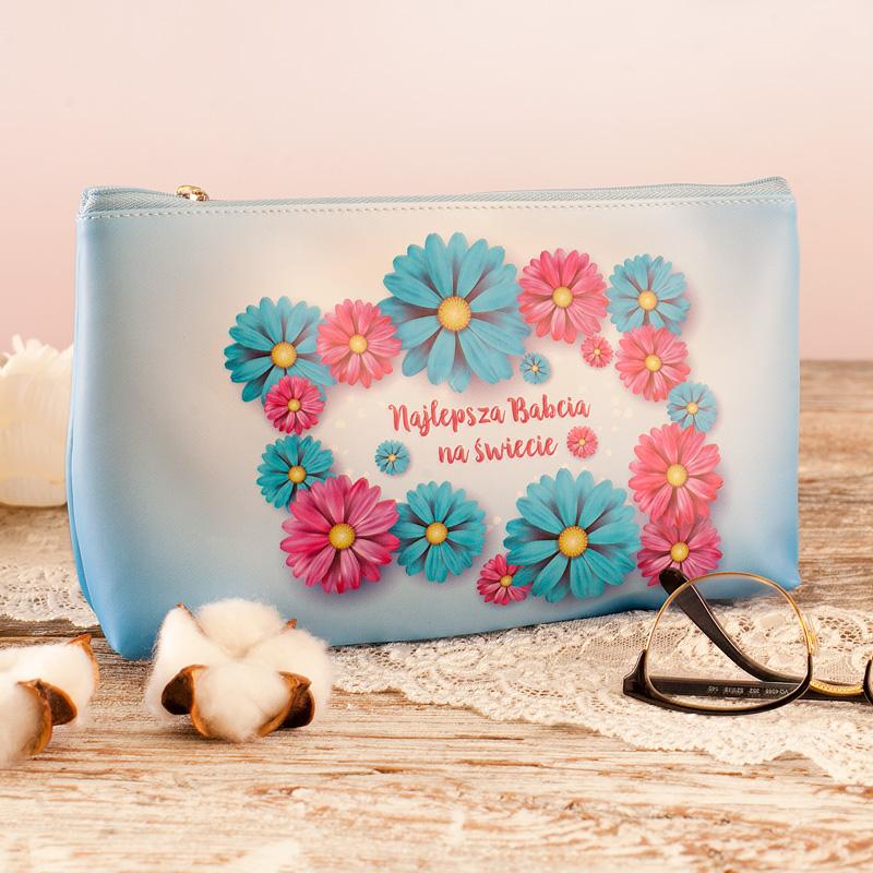 Kosmetyczka dla babci w kwiatki i z napisem Najlepsza babcia na świecie.