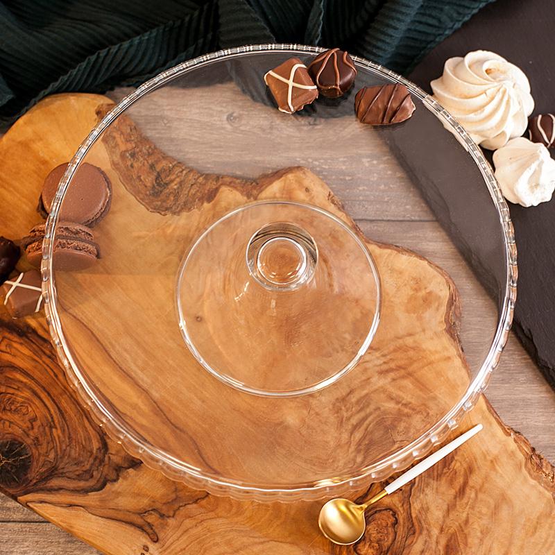 Patera szklana na domowe wypieki z eleganckim zakończeniem na talerzu