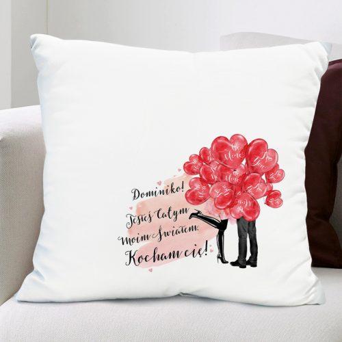 Biała poduszka typu jasiek z walentynkowym nadrukiem czerwonych balonów serc i wierszykiem z imieniem