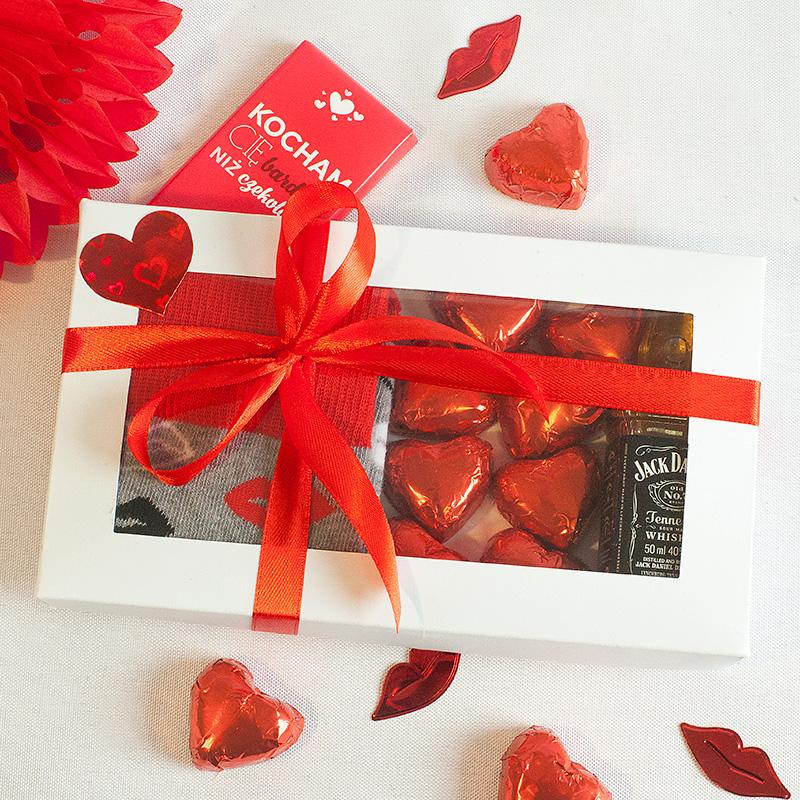 Prezenty walentynkowe w pudełku - skarpetki oraz czekoladki