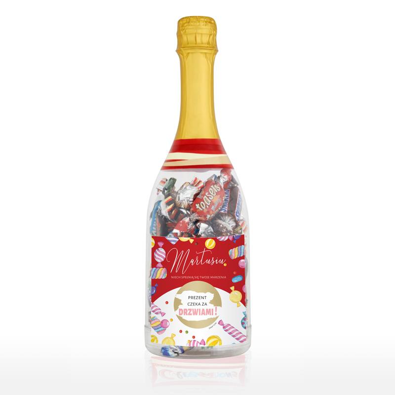 Butelka z cukierkami oraz personalizowaną etykietą i wiadomością pod zdrapką