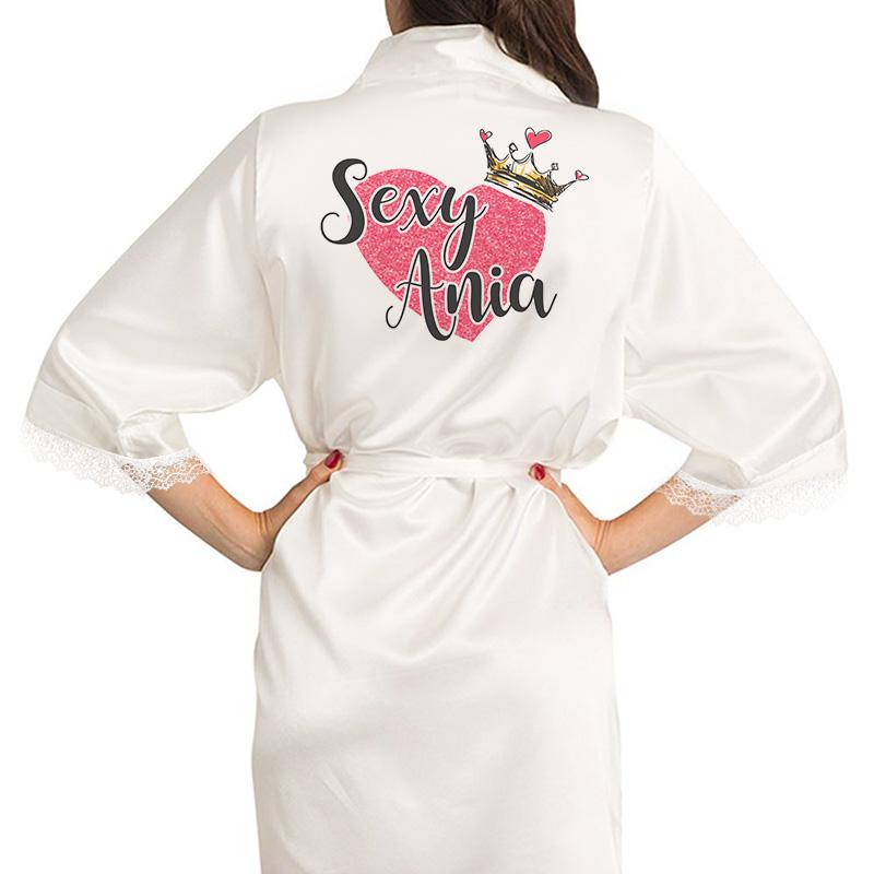 Biały szlafrok z nadrukiem na plecach w postaci dużego serca na którym widnieje napis Sexy + imię