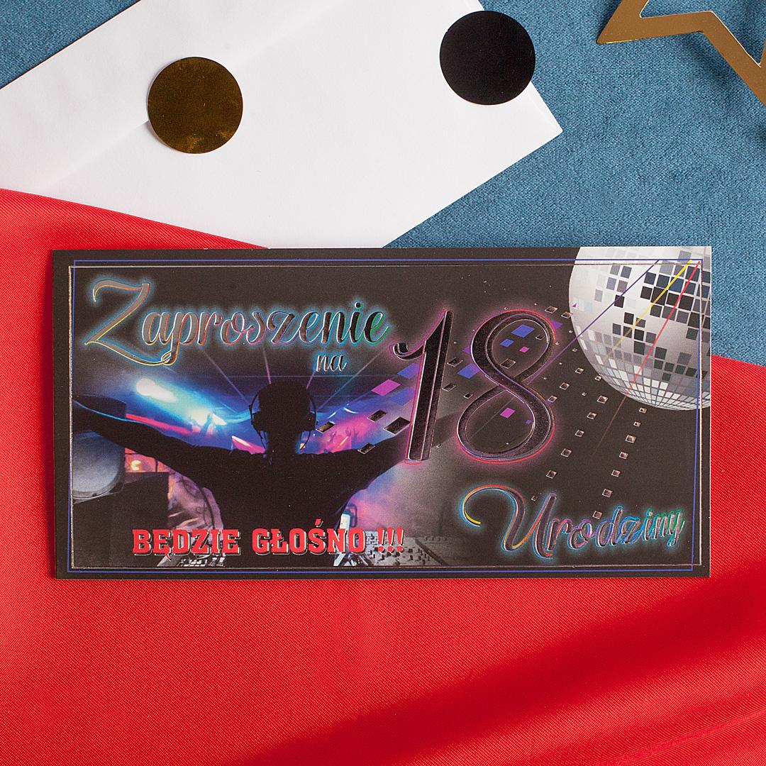 Eleganckie zaproszenie na 18 urodziny w czarnym kolorze z połyskująco na srebrno napisem.