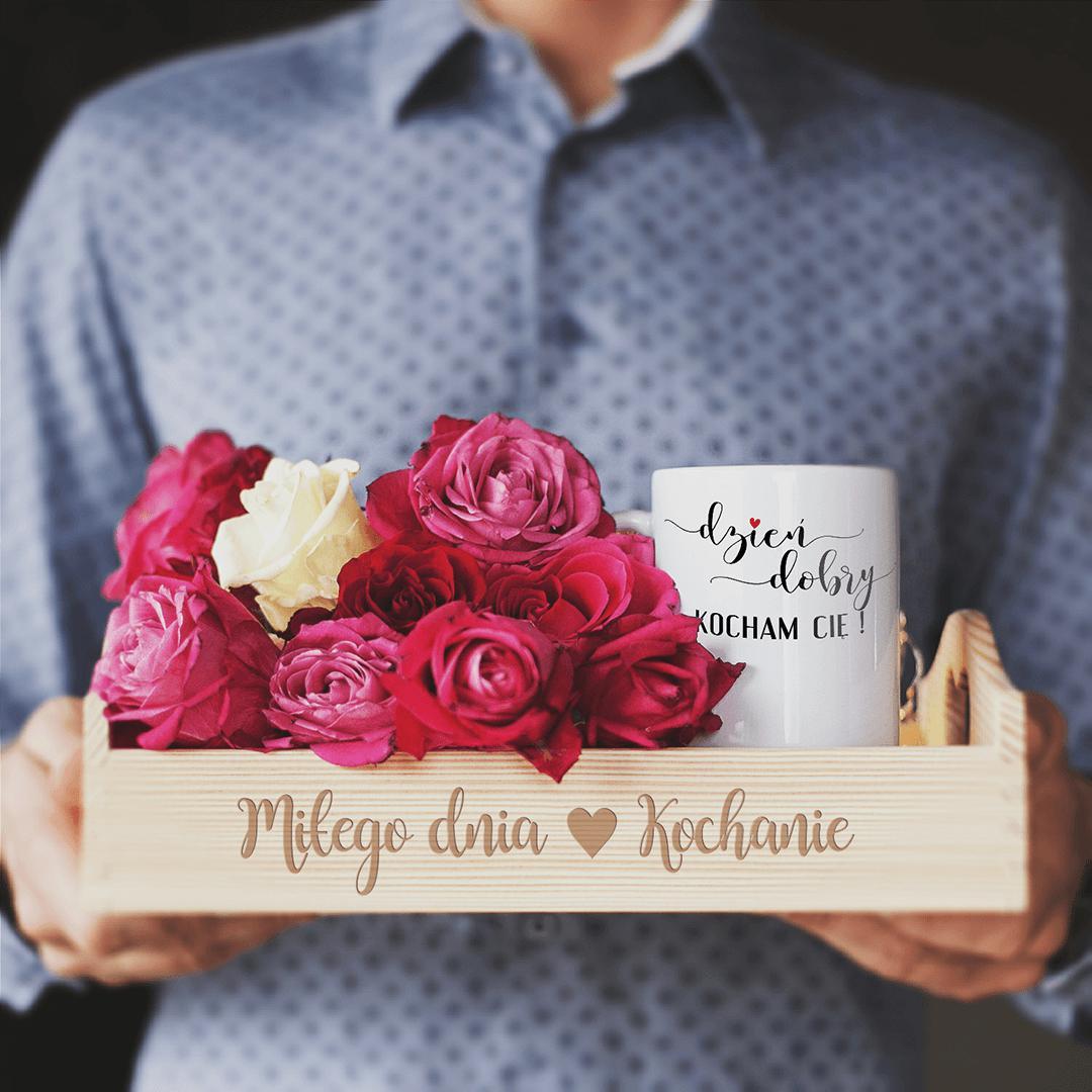 Zestaw dla ukochanej osoby zawierający deskę na śniadanie z napisem Miłego dnia Kochanie i kubek.