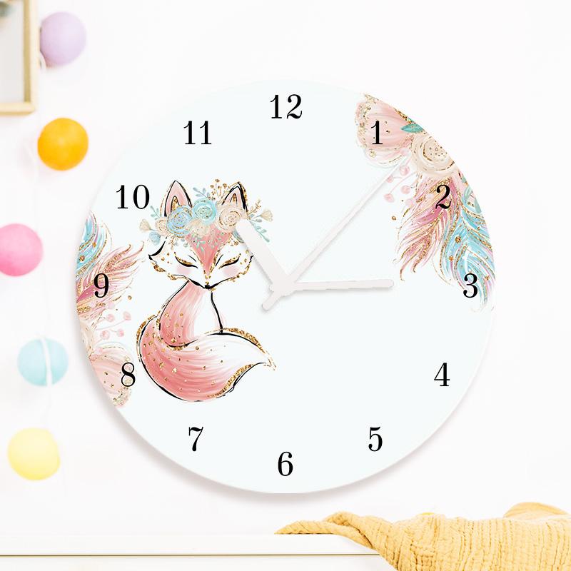 Personalizowany zegar z nadrukiem w liska z pastelowymi dekoracyjnymi motywami oraz imieniem dziecka