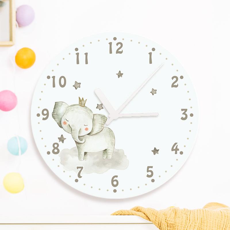 Personalizowany zegar na ścianę dla dziecka z nadrukiem szarym słonikiem w koronie oraz miejscem na imię