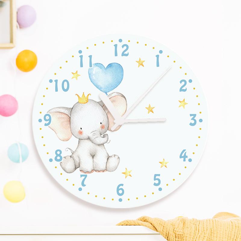 Zegar na ścianę do pokoju dziecka z małym słonikiem i podpisem z imieniem dziecka