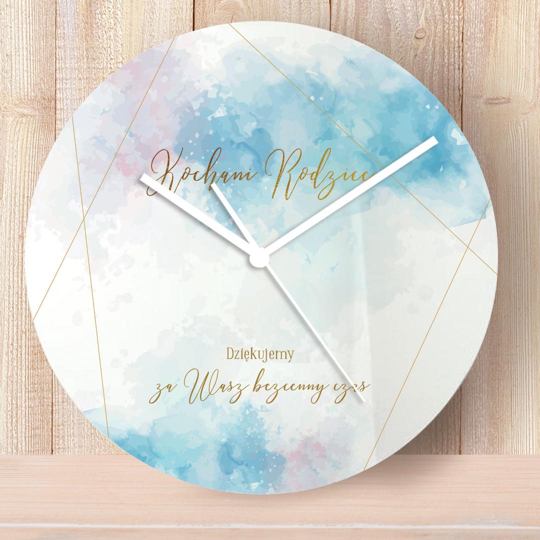 Zegar z dekoracyjnym nadrukiem i personalizacją oraz dekoracyjnym tłem w pastelowe plamy w kolorze niebieskim i różowym