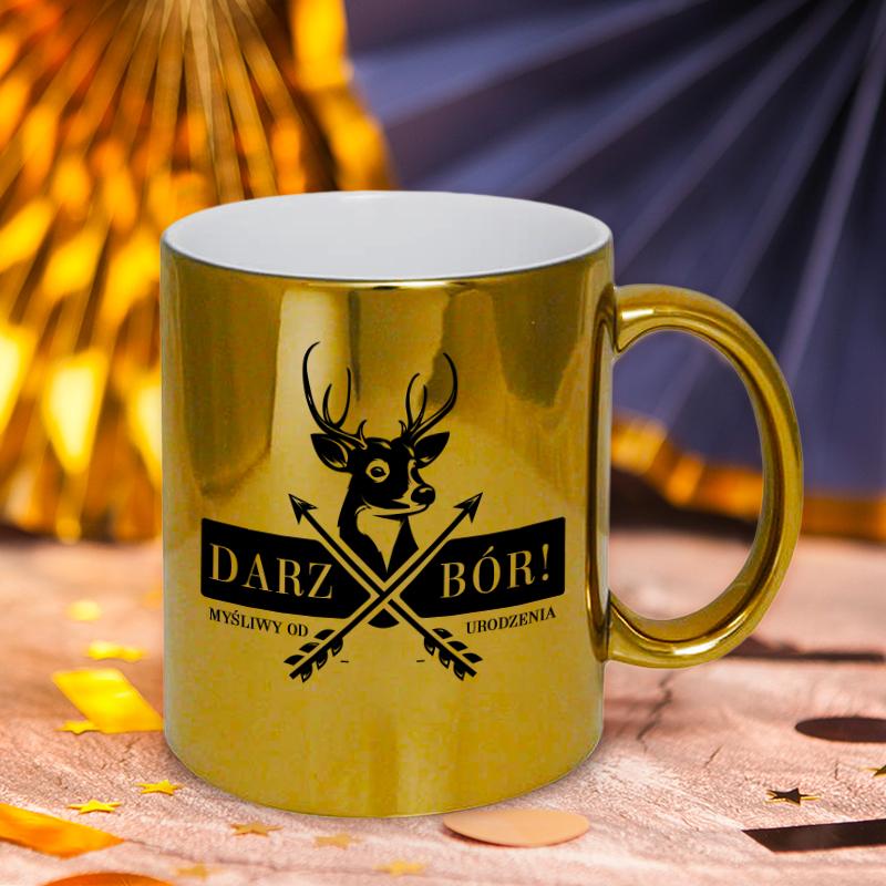 Złoty kubek z czarnym napisem Darz Bór imieniem oraz datą urodzin a także wizerunkiem jelenia