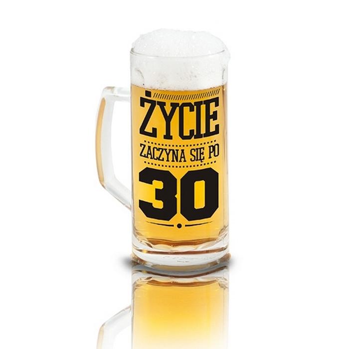 Kufel szklany do piwa z czarnym napisem Życie zaczyna się po 30