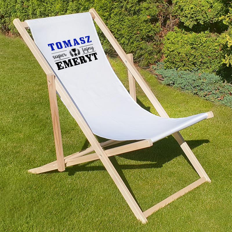 Drewniany leżak z personalizowanym nadrukiem dla osoby, która idzie na emeryturę Super Fajny Emeryt.