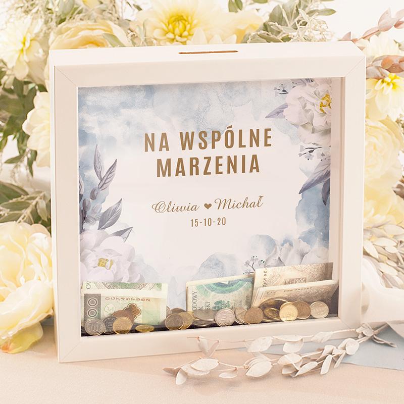 Personalizowana skarbonka 3D z dedykacją na ślub na delikatnie błękitnym tle z napisem na Wspólne marzenia i imionami Pary młodej