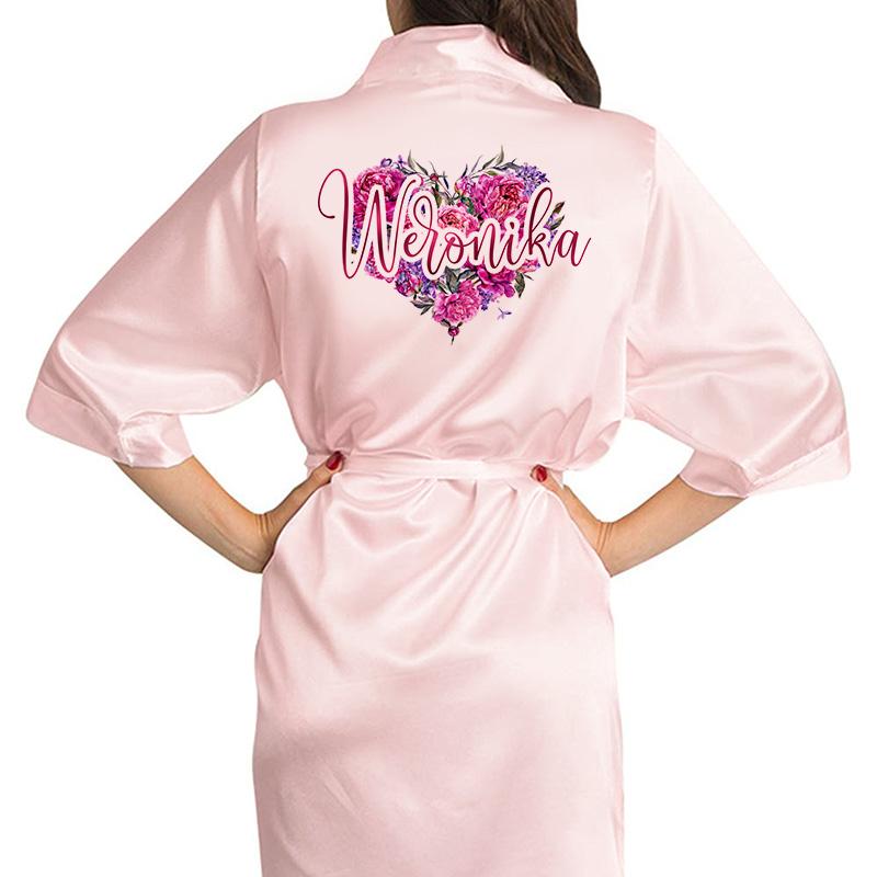 Różowy szlafrok z kolorowym nadrukiem na plecach w postaci różanego sercach oraz imienia
