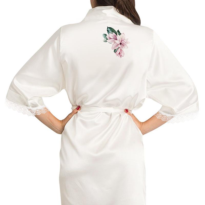 Satynowy szlafrok z koronkowymi rękawami i nadrukiem ozdobnym na plecach