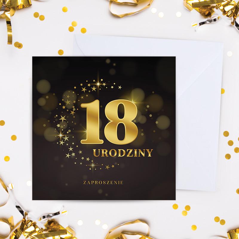 Zaproszenie na 18 z czarną okładką na której widać złoty napis 18 urodziny zaproszenie, w tle widać białą kopertę